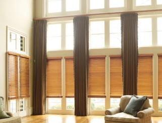 Jaluzele orizontale lemn combinate cu draperii